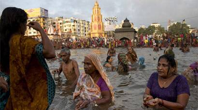 Kumbh Mela, Kumbh Mela 2015, Nashik Kumbh Mela, Nashik Kumbh Mela 2015, Kumbh Mela Shahi Snan, Kumbh Mela First Snan, Godavari River, Kumbh Mela in Nashik, First Bathing day, Kumbh Mela First Bathing day, Kumbh Mela Day one, Kumbh Mela Shravan Shudha First Snan, Kumbh Mela News, Nashik News