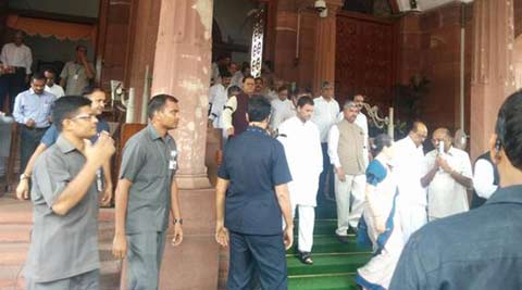 LIVE: Sonia, Rahul, Manmohan protest outside Parliament