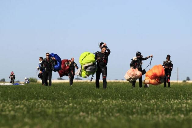 skydiving record, skydiving record illinois, US skydiving record, skydiving vertical formation, largest skydiving formation, US skydiving, india skydiving, skydiving risks