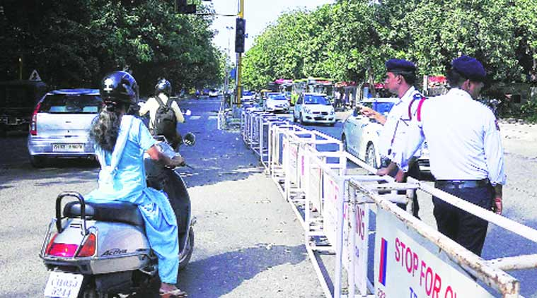 traffic rule, barricade entry prohibited, barrivade entry, communter inconvenience, chandigarh news, indian express