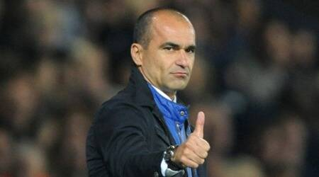Everton manager Roberto Martinez gestures during the English Premier League soccer match between West Bromwich Albion and Everton at the Hawthorns, West Bromwich, England, Monday, Sept. 28, 2015. (AP Photo/Rui Vieira)