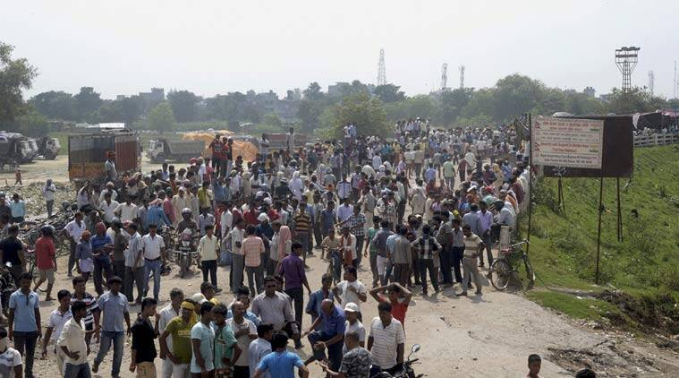 Nepalese people and Madhesi party leaders block a bridge in Birgunj, a town on the border with India, around 300 kilometers (200 miles) east of Kathmandu, Nepal, Friday, Sept. 25, 2015. (Source: AP photo)