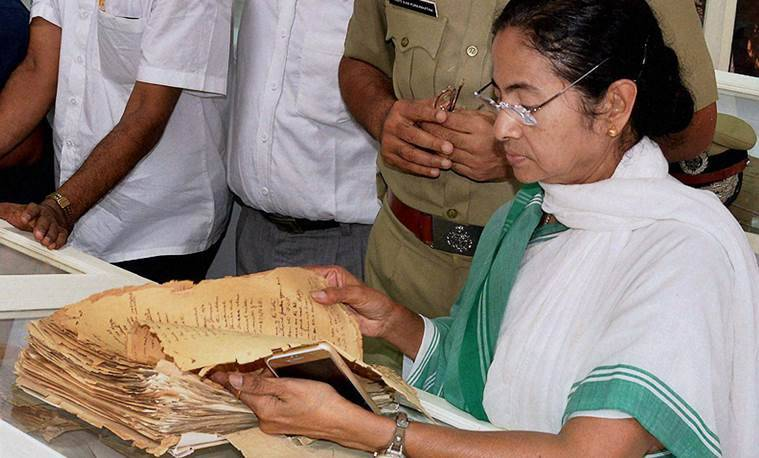 Kolkata: West Bengal Chief Minister Mamata Banerjee & Kolkata Police Commissioner Surajit Purkayastha at the release of the confidential files on Netaji at Kolkata Police Museum in Kolkata on Friday. PTI Photo (PTI9_18_2015_000128B) *** Local Caption ***