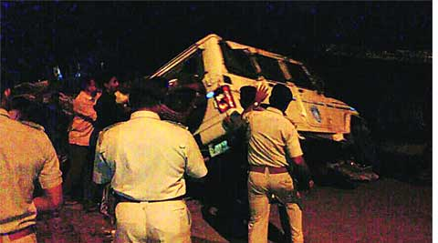 crime, murder, PCR van, ran into hut, gujarat news, ahmedabad news, indian express