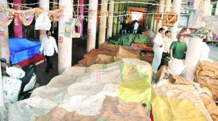 Pimpri traders hire armed security guards to guard their most precious asset —onions