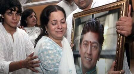 Vijeta Pandit breaks down at Aadesh Shrivastava's prayer meet