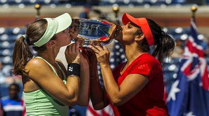 Sania Mirza of India (R) and Martina Hingis of Switzerland celebrate after winning the 2015 US Open women's doubles title at the U.S. Open Championships Tennis tournament in New York, September 13, 2015.  REUTERS/Lucas Jackson       TPX IMAGES OF THE DAY