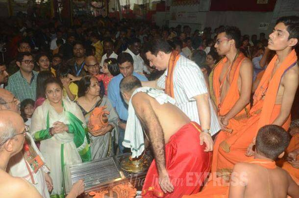 Vidya Balan offers prayers at Ganpati mandal