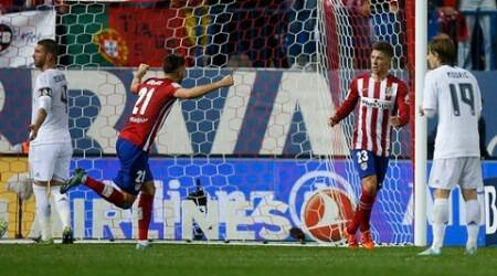 Atletico Madrid's Luciano Vietto (2nd R) celebrates  after scoring a goal during their Spanish first division derby soccer match against Real Madrid at the Vicente Calderon stadium in Madrid, Spain, October 4, 2015.        REUTERS/Sergio Perez
