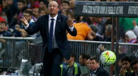 Real Madrid's coach Rafa Benitez gestures to players during their Spanish first division derby soccer match against Atletico Madrid at the Vicente Calderon stadium in Madrid, Spain, October 4, 2015.   REUTERS/Andrea Comas