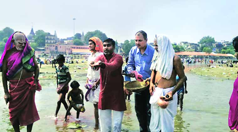 Chandan Kumar Singh performs pind daan for Akhlaq. (Express Photo)
