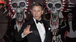 Daniel Craig dazzles as 007 on Spectre red carpet