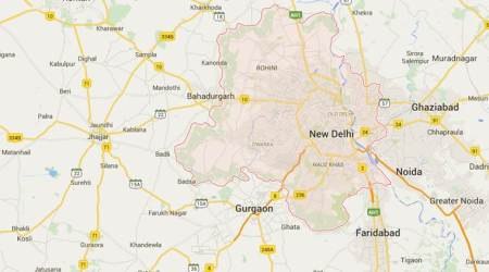 Delhi: Trying to fight off bag snatchers, woman falls out of auto