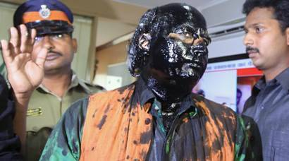 Sena activists throw ink at Sudheendra Kulkarni ahead of Kasuri book launch