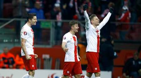 Poland's Robert Lewandowski, Karol Linetty and Lukasz Piszczek (L-R) celebrate after winning the Euro 2016 group D qualification soccer match against Republic of Ireland in Warsaw, Poland October 11, 2015.  Poland won the match 2-1 to secure a place for Euro 2016.     REUTERS/Kacper Pempel