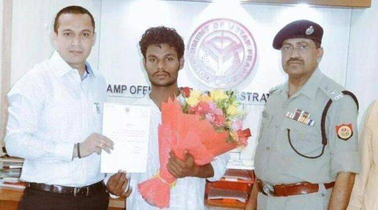 Muhammed Zaki being felicitated by District Magistrate and Senior Superintendent of Police for his deed