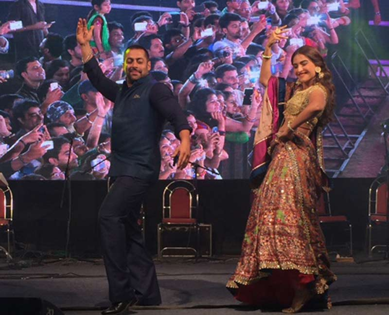 More of Sonam and Salman doing some garba.