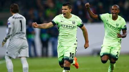 Manchester City's Sergio Aguero (2R) celebrates after scoring a penalty goal against Borussia Moenchengladbach during their Champions League Group D soccer match in Moenchengladbach, Germany, September 30, 2015.  REUTERS/Wolfgang Rattay