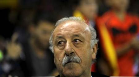 Spain coach Vicente del Bosque listens to the national anthem before their Euro 2016 Group C qualification soccer match against Luxembourg in Logrono, Spain October 9, 2015. REUTERS/Vincent West
