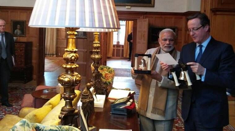 Prime Minister Narendra Modi presenting a specially handcrafted pair of bookends to his British counterpart David Cameron. (Source: Twitter @narendramodi)