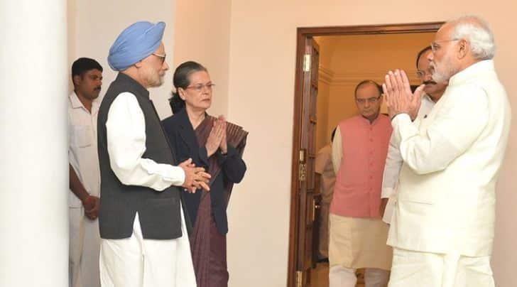 The Prime Minister, Shri Narendra Modi meeting the former Prime Minister, Dr. Manmohan Singh and the Congress President, Smt. Sonia Gandhi, in New Delhi on November 27, 2015.