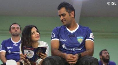 MS Dhoni watches ISL match with wife Sakshi, Abhishek Bachchan