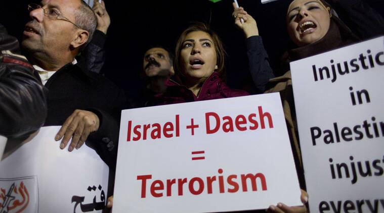 Palestinian activists chant anti U.S. slogans while protesting against the visit of U.S. Secretary of State John Kerry to the West Bank during his meeting with the Palestinian President Mahmoud Abbas, in Ramallah, Tuesday, Nov. 24, 2015. (AP photo)