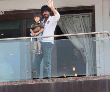 Photos Shah Rukh Khan Meets Fans Outside Mannat Is