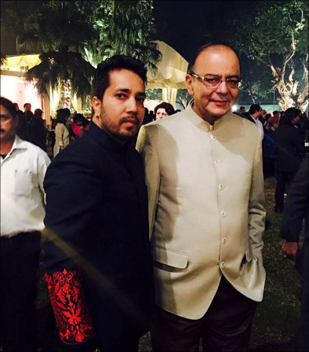 shah rukh khan, arun jaitley, arun jaitley's daughter, sonali jaitley, sonali jaitley sangeet, arun jaitley's daughter wedding, arun jaitley daughter sangeet, arun jaitley daughter sonali, sonali jaitley marriage, arun jaitley's daughterr sangeet guests, shah rukh khan arun jaitley, shah rukh khan in delhi, shah rukh khan at sonali jaitley wedding, entertainment