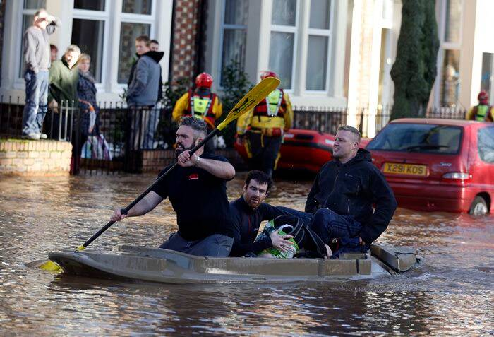 london, flood warning, red alert, london flood warning, london red alert, flood alerts in london, flood alerts on wales, cobra meet on Christmas, london cobra meet, evacuation in london, world news, latest news