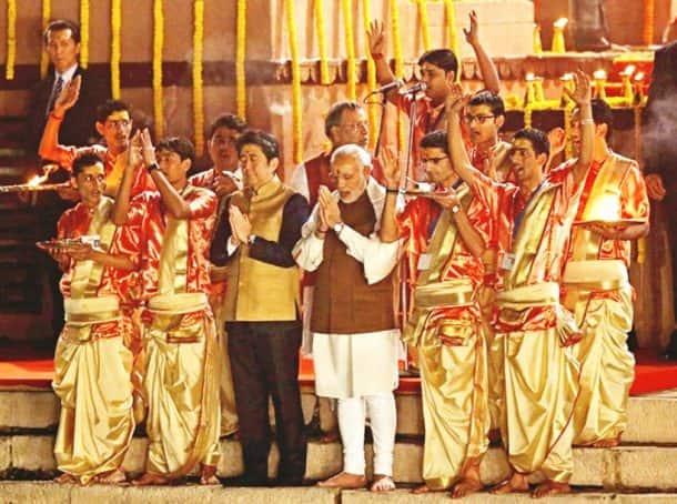 Shinzo Abe, Narendra modi, varanasi, abe in varanasi, abe varanasi visit, Dashashwamedh Ghat, Abe ganga arati, Modi abe varanasi visit, abe modi varanasi visit, japan pm varanasi, akhilesh yadav, ram naik, Uttar pradesh, varanasi news, india news, japan news, modi abe varanasi photos, abe varanasi photos, latest news, varanasi photos,