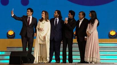 shah rukh khan, reliance jio, srk, srk at reliance jio launch, reliance 4g, 4g, mukesh ambani, nita ambani, akash ambani, anant ambani, reliance jio srk, reliance jio launch, reliance jio launch pics, srk reliance jio launch pics, shah rukh khan pictures, srk mukesh ambani selfie, entertainment