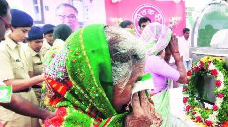 Loan-waiver demand at funeral as leaders pay respect to SharadJoshi