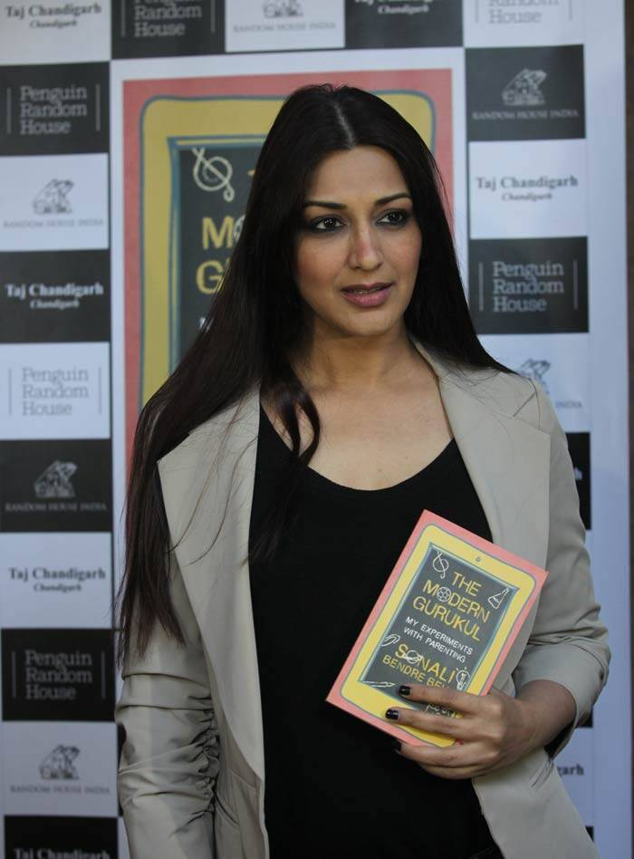 Actress Sonali Bendre Behl signing with autoraphs on her book ' The Modern Gurukul my experiments with parenting at a function in Sector 8 of Chandigarh on Thursday, December 03 2015. (Source: Express Photo by Kamleshwar Singh)