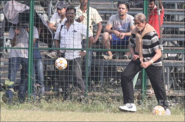 amitabh bachchan, big b, amitabh bachchan football, amitabh bachchan pics, entertainment