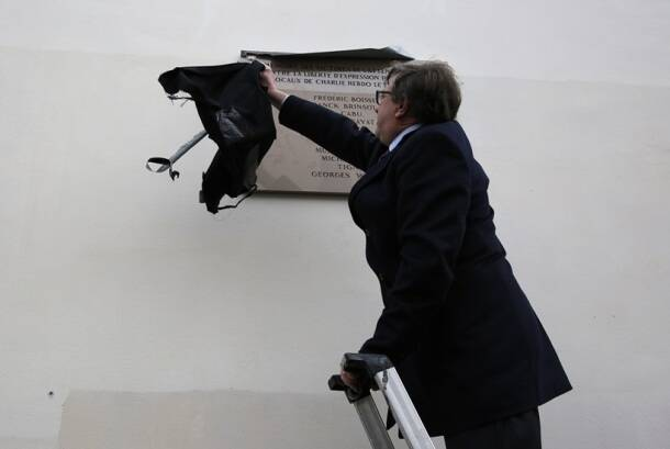 Charlie Hebdo, Charlie Hebdo attack, Charlie Hebdo victims, Charlie Hebdo anniversary, Charlie hebdo plaques, Hollande, Francois Hollande, Paris, Paris attack, Paris attack victims, Paris news, France news, World news
