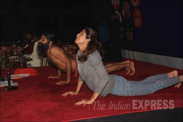shilpa shetty, baba ramdev, shilpa shetty yoga session, baba ramdev yoga session, shilpa shetty baba ramdev, shilpa shetty book