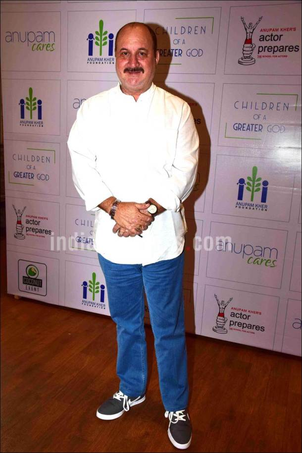 anupam kher, anupam kher pics, anupam kher with kids, anupam kher father's death anniversary, anupam kher photos, anupam kher mother, dulari kher, raju kher, anupam kher raju kher pics, dulari kher pics, entertainment