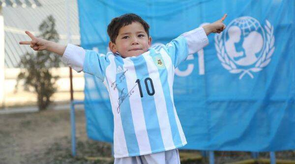 Murtaza Ahmadi received a signed jersey from Lionel Messi/ Fcaebook: UNICEF Afghanistan