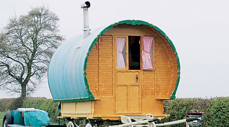 A Roma caravan in a meadow in England in 2009. (Source Wikimedia Commons)