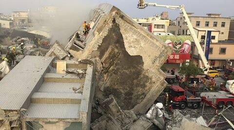 REFILE - ADDITIONAL CAPTION INFORMATIONRescue personnel work at the site where a 17-storey apartment building collapsed, after an earthquake in Tainan, southern Taiwan, February 6, 2016. REUTERS/Pichi Chuang      TPX IMAGES OF THE DAY