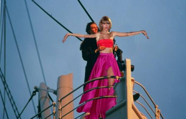 Redditors' photoshopped versions of Tailor Swift's backstage photo are just epic