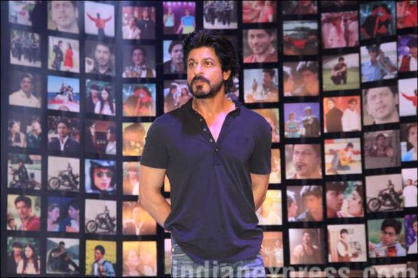 shah rukh khan, shah rukh khan fan, shah rukh khan pics, srk pics, srk fan trailer launch, shah rukh khan fan tariler launch, fan trailer launcg pics, shah rukh khan with fans, srk with fans pics, srk fans pics, shah rukh khan photos, entertainment