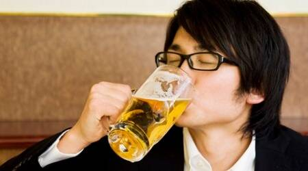 There's a strong link between teenagers drinking and their mother'sbehaviour