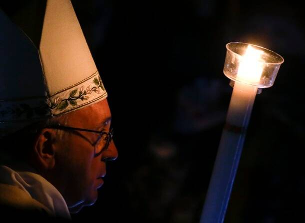 Pope Francis' Easter message: Darkness and fear must not rule our hearts