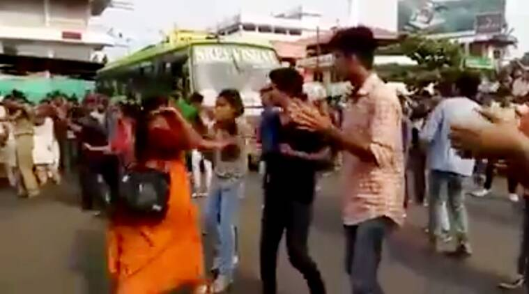 kerala woman slaps girl in flash mob, flash mob gone wrong, viral videos, kerala flash mob,