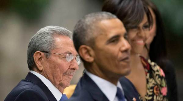U.S. President Barack Obama, center, and first lady Michelle Obama, right, attend a State Dinner hosted by Cuban President Raul Castro, left, at the Palace of the Revolution, Monday, March 21, 2016, in Havana, Cuba. (AP Photo/Pablo Martinez Monsivais)