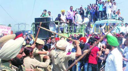 Punjab: Protesters, cops tradecharges