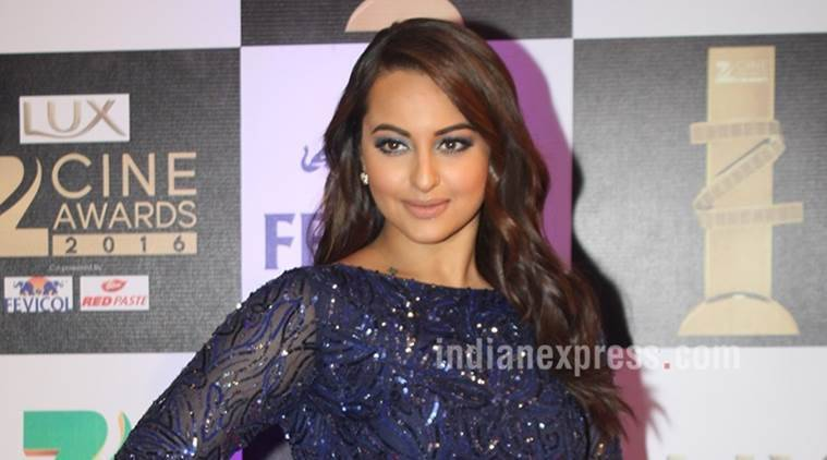 Sonakshi Sinha, Guinness World Record, Sonakshi Sinha Guinness World Record, Sonakshi Sinha Women's day, Most people Painting Their Fingernails Simultaneously, Sonakshi Sinha Guinness record, Entertainment news