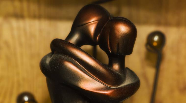 statue couple kissing_759_Jeremy Arcarola-Flickr